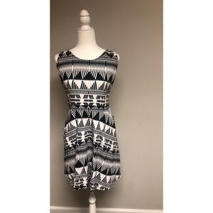 Black and White Scoop Neck Dress With Pockets